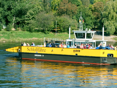 Photo of the Pillnitz car ferry just about to dock