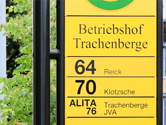 The photo shows the Betriebshof Trachenberge stop sign, focusing on the ALITA taxi
