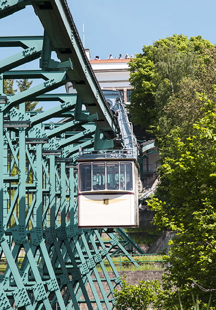 Beige Schwebebahn in motion, seen from the front